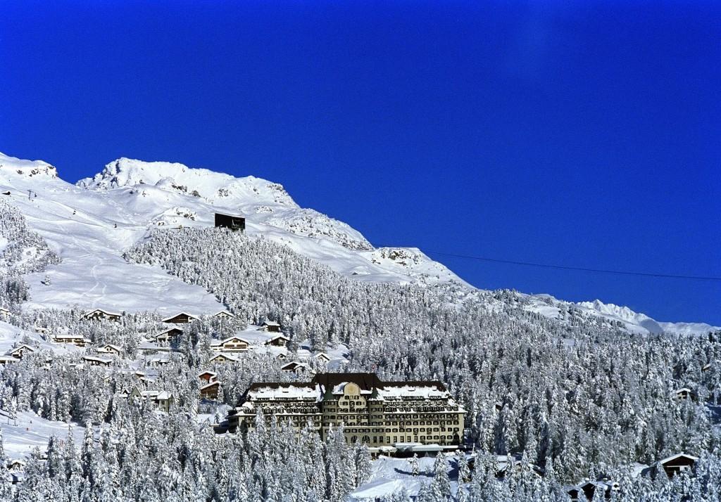 ENGADIN ST. MORITZ - Das Suvretta House St. Moritz liegt in einem intakten Naturresort mit freiem Blick auf die Berge und Seen des Oberengadins, mitten im sonnigen Ski- und Wandergebiet Suvretta-Corviglia. Zur Entspannung der Gaeste sorgen der Fitnessclub- 'Suvretta Sports&Pleasure' mit Saunas, Dampfbad, Caldarium, Solarium, Fitness, Hallenbad, Aussenwhirlpool, Massage, Beauty- und Ganzkoerperbehandlungen. www.suvrettahouse.ch The Suvretta House is situated amidst alpine meadow and fir in the sunny Suvretta-Corviglia skiing and rambling region, and has a sweeping view of the mountains and lakes of the Upper Engadine. The 'Suvretta Sports & Pleasure' wellness area offers relaxation with saunas, steam bath, caldarium, solarium, fitness, indoor swimming pool, outdoor whirlpool, massage, beauty and body treatments. www.suvrettahouse.ch Copyright by ENGADIN St. Moritz By-line: swiss-image.ch/Hotel Suvretta House